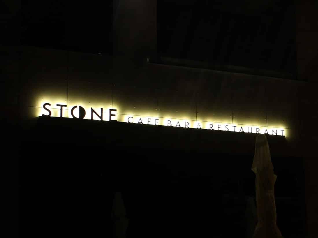 Litery z efektem echo / halo STONE Cafe Bar & Restaurant